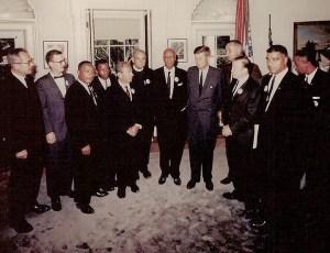 Août 1963 - Les dirigeants de la Marche sur Washington, y compris le révérend Martin Luther King, Jr. et Roy Wilkins, rencontrent le président pour discuter des droits civils.