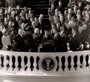 Le président: John Fitzgerald Kennedy prend le serment d'office et devient le 35e président des États-Unis d'Amérique 20 Janvier 1961. A 43 ans, il est le plus jeune et le premier catholique à être élu, l'emportant par une des plus petites marges de victoire, par seuls les votes populaires 115.000. Lyndon B. Johnson, 51 ans, son vice-président.