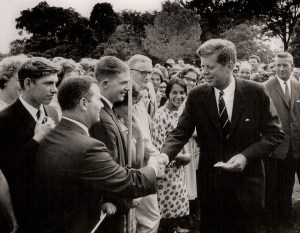 De  jeunes volontaires du Peace Corps  désireux de rencontrer le président Kennedy avant leur départ pour l'Afrique. Peu de temps après sa prise de fonction, le président a créé le Corps de la paix dans l'espoir d'inspirer les jeunes Américains à servir à l'étranger dans les pays en développement.