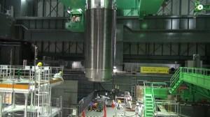 Un Tonneau de barres de combustible nucléaire en cours de transfert à partir d'une piscine de combustible usé de l'unité bâtiment de quatre réacteurs de la centrale nucléaire de Fukushima Dai-ichi de TEPCO à la ville Okuma dans la préfecture de Fukushima, le 21 Novembre 2013. (AFP Photo / TEPCO)