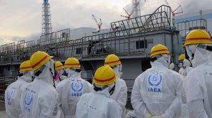 Juan Carlos Lentijo, directeur de IAEA suivi de membres de sa mission d'inspection.Notez la vapeur d'eau radioactive au-dessus des batiments.