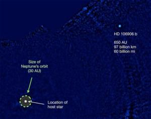 C'est une image de la découverte de la planète HD 106906 b à la lumière infrarouge thermique. La planète est plus de 20 fois plus loin de son étoile que Neptune est du soleil.