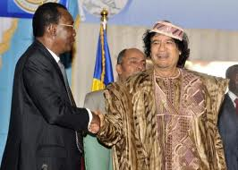 Idriss Deby Itno avec Khadafi...à une belle époque.