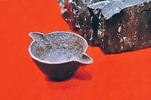 Un pot incrusté dans le charbon.