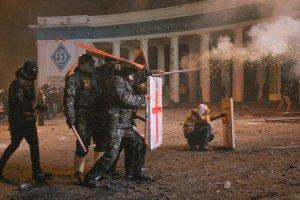 Lancer media viewerLes manifestants se sont protégés en lançant des feux d'artifice à la police anti-émeute à Kiev le dimanche.