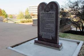 """Le monument chrétien sur les """"10 Commendements""""...une vision spirituelle qui fait partie des valeurs ancestrales des citoyens de l'Oklahoma."""