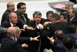 Le parlement turc en pleine émeute.
