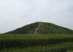 Une pyramide recouverte d'arbres pour la dissimuler.