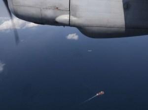 Des bateaux vus depuis un AN-26 de l'armée vietnamienne, le 10 mars. La Chine, dont 153 ressortissants se trouvaient à bord de l'appareil et qui reproche à la Malaisie de n'avoir pas immédiatement engagé tous les moyens nécessaires, a annoncé le redéploiement de dix satellites à haute résolution pour l'aide à la navigation, l'observation des conditions météorologiques, les communications.