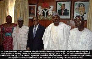 Reconnaissez le même bureau avec une panoplie  de hauts gradés du FMI (version Nigéria) ,de responsables économiques du Nigéria et certaines personnes liées au ministère de l'intérieur,là-bas.