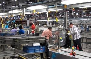 Des employés d'Electrolux à Memphis, Tennessee, montent  déjà des cuisinières sur les lignes de montage.