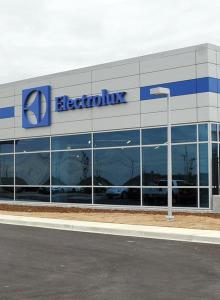 La facade de l'usine d'Electrolux à Memphis au Tennessee.Electrolux est l'hôte d'une journée portes ouvertes et inauguration aujourd'hui pour sa nouvelle usine de Memphis. Jack Truong , président et chef de la direction d'Electrolux Major Appliances North America, le gouverneur Bill Haslam , Memphis maire AC Wharton et maire du comté de Shelby Mark Luttrell sera présent. La construction de la nouvelle installation $ 266 000 000 a commencé en Octobre 2011, et l'usine produit maintenant des appareils de cuisine à domicile. L'usine emploiera environ 1200 personnes une fois qu'il atteint sa pleine production. En Novembre, les premiers produits fabriqués à Memphis sorti de la ligne d'assemblage.
