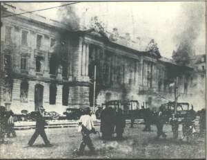 La violence augmenta et le peuple s'en prit aux édifices du gouvernements et des entreprises américaines.