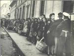 Devant la révolte des travailleurs,le gouvernement colombien instaure un  contrôle des déplacements des personnes.On a peur des réactions des travailleurs.Ici ,un contrôle des gens qui vont à l'épicerie...tous en même temps.