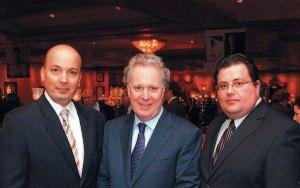 Tony Tomassi,Frank Zampino (< gauche) et John James Charest < la belle époque  ou le crime organisé fonctionnait incognito ,par  Parti libéral interposé au Québec. Rappelons que Charest avait défendu Tomassi  à l'Assemblé Nationale.