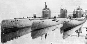 Cette photo de sous-marins u-boat à l'ancre dans le port de Kiel,en 1943,nous donne une idée du type de sous-marin qu'était le U-209.