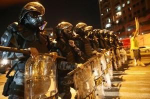Police militaire bloquent les manifestants anti-Monde de la FIFA qui tentent de marcher vers le stade Maracana le 15 Juin 2014 à Rio de Janeiro, Brésil.