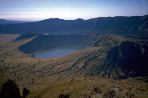 12.-Le lac volcanique Yak Loum-Ratanakiri, Cambodge. Ce cratère est situé dans les forêts tropicales denses du Cambodge. Il y a 4000 ans un volcan violent a créé ce lac de 157 mètres de profondeur qui a de l'eau très propre et claire.