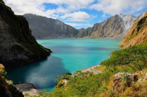 3.-lac volcanique Monte Pinabuto-Luzon, aux Philippines.    En 1991, la dernière fois l'éruption du volcan Pinabuto, marquant la deuxième plus grande éruption volcanique du 20ème siècle. Inactif pendant plus de 400 ans, le volcan Pinabuto était largement inconnu jusqu'à ce qu'au  jour de son explosion. Bien qu'une beaucoup plus grande éruption d'il  y a 35.000 ans est considéré être responsable pour la formation du  lac volcanique.