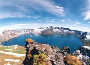 5-lac  volcanique de Kelimutu ,sur  l'île de Flores, en Indonésie.    Flores a 3 lacs volcaniques sla différents, l'un est frappant avec sa couleur bleu turquoise, tandis que les deux autres vont  entre le rouge et le vert. Les 3 lacs proviennent du même volcan et maintenant, les scientifiques tentent de comprendre pourquoi ils sont tous de couleurs différentes.