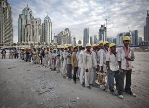 Groupe de travailleurs pakistanais à Dubaï. Même les esclaves d'hier étaient mieux .