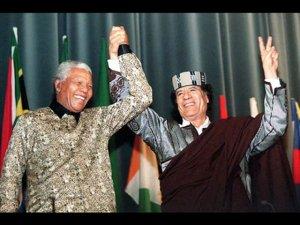 Deux grands amis illuminati et francs maçons de leur vivant:Nelson Mandela et Kadhafi.