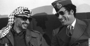 """En 1977, il proclame la """"Jamahiriya"""", qu'il définit comme un """"Etat des masses"""" qui gouvernent par le biais de comités populaires élus, et s'attribue le seul titre de """"Guide de la révolution"""". Son pouvoir reste intact"""