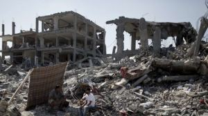 Des Palestiniens inspectent des bâtiments  détruits dans une partie de al-Tufah ,un quartier de la ville de Gaza le 6 Août 2014.