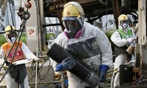 Travailleurs construisant un mur de glace à la centrale nucléaire de Fukushima Daiichi,
