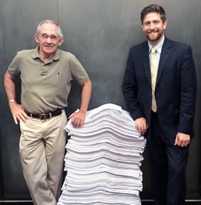 Ted Walterand e Bob McIlvaine devant  les copies de la pétition.
