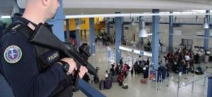 Des policiers italiens patrouillent l'aéroport de Rome.
