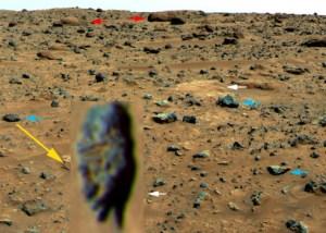 Statue de la tête allongée trouvé sur Mars avec des flèches bleues, blanches et rouges insérées par la NASA. Flèche jaune avec un grossissement de la tête allongée insérée par l'auteur. NASA / JPL