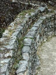 L'aqueduc de Sayamarca  est en  pierres taillées sans joints de ciment  ou mortier.
