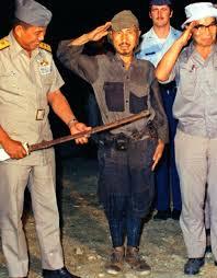 Photo historique d'Hiro Onoda remettant son samuraï à l'officier de l'armée philippine venu  chercher sa reddition.