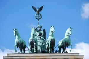 Le quadrige de la Porte de Brandebourg, la Déesse Victoire (ou Victoria, qui est le même nom que celui de l'ancienne Reine d'Angleterre) conduisant son char tiré par quatre chevaux !
