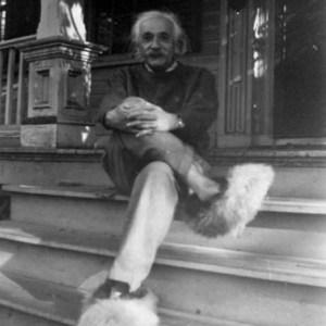Albert Einstein et ses souliers à fourrure.