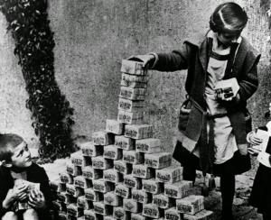 Durant la République de Weimar,en Allemagne ,en 1922:ces enfants s'amusent avec des billets de banque durant la crise inflationnaire .