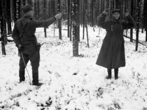 Un espion russe sourit juste avant d'être exécuté par un soldat finlandais,en 1940.