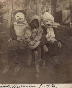 En 1900,trois enfants posent dans leurs costumes d'Halloween.