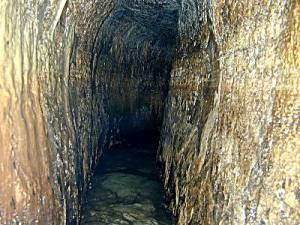 Le tunnel d'Ézéchias,( decouvert en 1838 ) a été construit à Jérusalem avant 701 av. J.-C. sous le règne d'Ézéchias, roi de Juda, pour ravitailler la ville en eau en cas de siège (il est mentionné dans 2Rois 20:20 et dans 2Chron 32:30 )