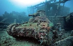 """En Février 1944, l'Armée Américaine  a lancé une attaque sur le lagon de Chuuk qui a dévasté la principale base  du Pacifique  Sud du Japon,lors de la Deuxième Guerre Mondiale et a coulé 12 navires de guerre et 32 navires marchands dans le processus. La majorité de ces navires sont toujours situé sur le plancher de la lagune aujourd'hui et font de Chuuk Lagoon """"le plus grand cimetière de navires dans le monde."""" Beaucoup de ces navires sont également encore en excellent état et attire des milliers de plongeurs chaque année, désireux d'explorer le site incroyable. Les énormes navires de guerre abritent également les restes d'avions de chasse, des torpilles, des voitures et des motos,des  réservoirs chemin de fer. Chuuk Lagoon est vraiment un musée subaquatique de Seconde Guerre mondiale et l'un des sites de plongée les plus incroyables du monde."""