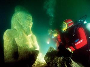 On pensait que l'ancienne ville égyptienne de Heracleion avait été perdu à jamais quand il a coulé dans la mer il ya plus de 1500 ans, mais en 2000 les premiers vestiges de la ville ont été découvert au large de la côte d'Alexandrie en Egypte. Archéologue français, le Dr Franck Goddio, est venu à travers le site archéologique sous-marine et, suite à une enquête plus approfondie, les plongeurs ont découvert sphinx, statues, des colonnes, des temples et même les fondations d'un palais qui pourraient avoir appartenu à Cléopâtre elle-même! D'autres enquêtes ont aussi mis au jour des pièces de monnaie et d'autres objets du quotidien, ainsi que d'un certain nombre de navires, ce qui suggère que le site était en effet l'emplacement du 8ème siècle avant JC la ville. Beaucoup d'objets récupérés du fond de la mer étaient également toujours en excellent état, ce qui rend la découverte encore plus incroyable!