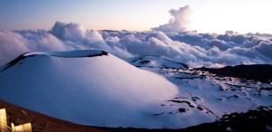 Le volcan Mona Kea à Hawai. Bien que le mont Everest peut être la plus haute montagne sur terre, il pâlit en comparaison de Mauna Kea à Hawaii. Le pic de Mauna Kea est le point le plus haut au-dessus de la terre à Hawaii, mais une grande partie du volcan se trouve effectivement en dessous du niveau de la mer. Mesurée à partir de sa base océanique, la pointe de Mauna Kea serait réellement mesurer 10,100m, beaucoup plus que la hauteur du mont Everest et officiellement la plus haute montagne dans le monde! Le volcan est estimé à environ un million d'années et est sans doute l'une des merveilles sous-marines  du monde.