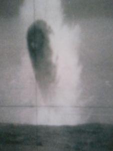 Photo no 5:l'engin plonge dans la mer.
