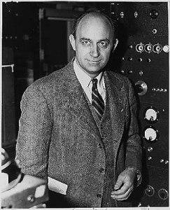 Enrico Fermi (1901-1954), physicien italien établi aux Etats Unis à partir de 1938 et prix Nobel la même année. En 1942 il réalisa à Chicago la première pile atomique. Enrico Fermi s'installa aux Etats-Unis après avoir reçu son prix Nobel en 1938. Il comprit le potentiel des découvertes d'Otto Hahn qu'il mit en pratique pour réaliser la première pile atomique.