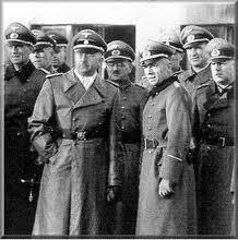 Himmler er Dornberger en visite à Peenemunde afin de rencontrer les savants atomistes allemands ...en grand secret.Le besoin d'un porteur pour la bombe se fit sentir