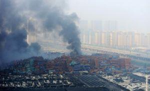 Plusieurs heures après l'explosion,la fumée et le feu continuaient toujours .