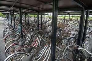 ...des vélos sous leurs abris rouillent lente