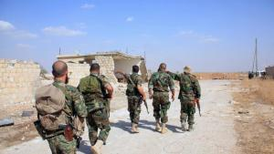 Des soldats syriens des forces du gouvernement syrien patrouillent dans l'est de la province d'Alep, le 16 octobre 2015