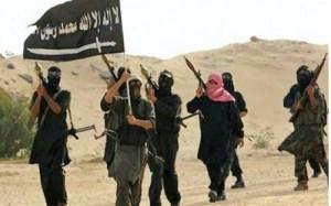 Des hommes de Mokhtar Belmokhtar derrière leur sombre drapeau.